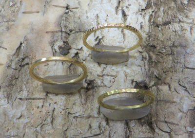 Geschmiedete Verlobungsringe bzw. Vorsteckringe aus zartem Gold und Roségold.