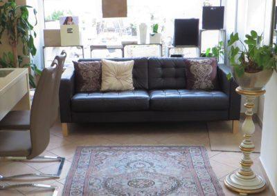 Unser bequemes Sofa mit Blick in die Ladenwerkstatt.