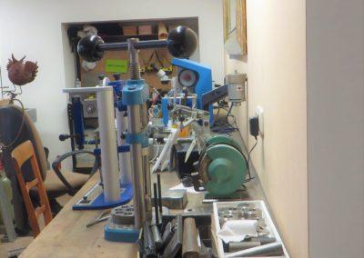 Ein Blick auf Presse, Schleifbock, Graviermaschine und Poliermotor.