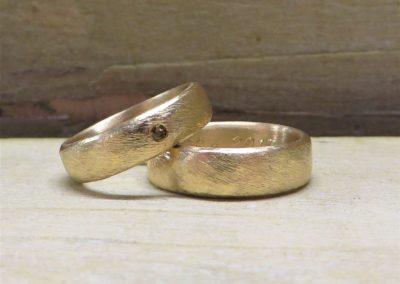 """Trauringe """"Düne"""" aus Gold mit braunem Brillant."""