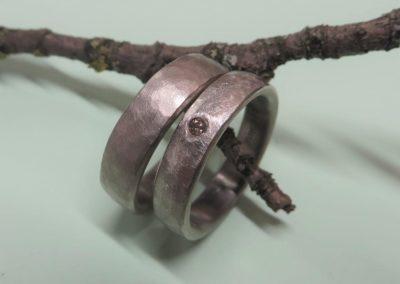 """Trauringe """"Libelle"""" in Weißgold sanft matt sowie eismattem Hammerschlag mit braunem Diamant."""