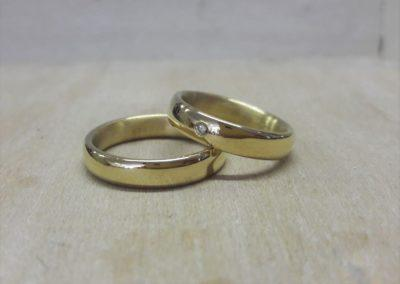 Trauringe klassisch in poliert glänzendem Gold mit weißem Brillant.