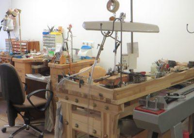 Unsere mit allerlei Werkzeugen ausgestatteten Goldschmiede-Werktische.
