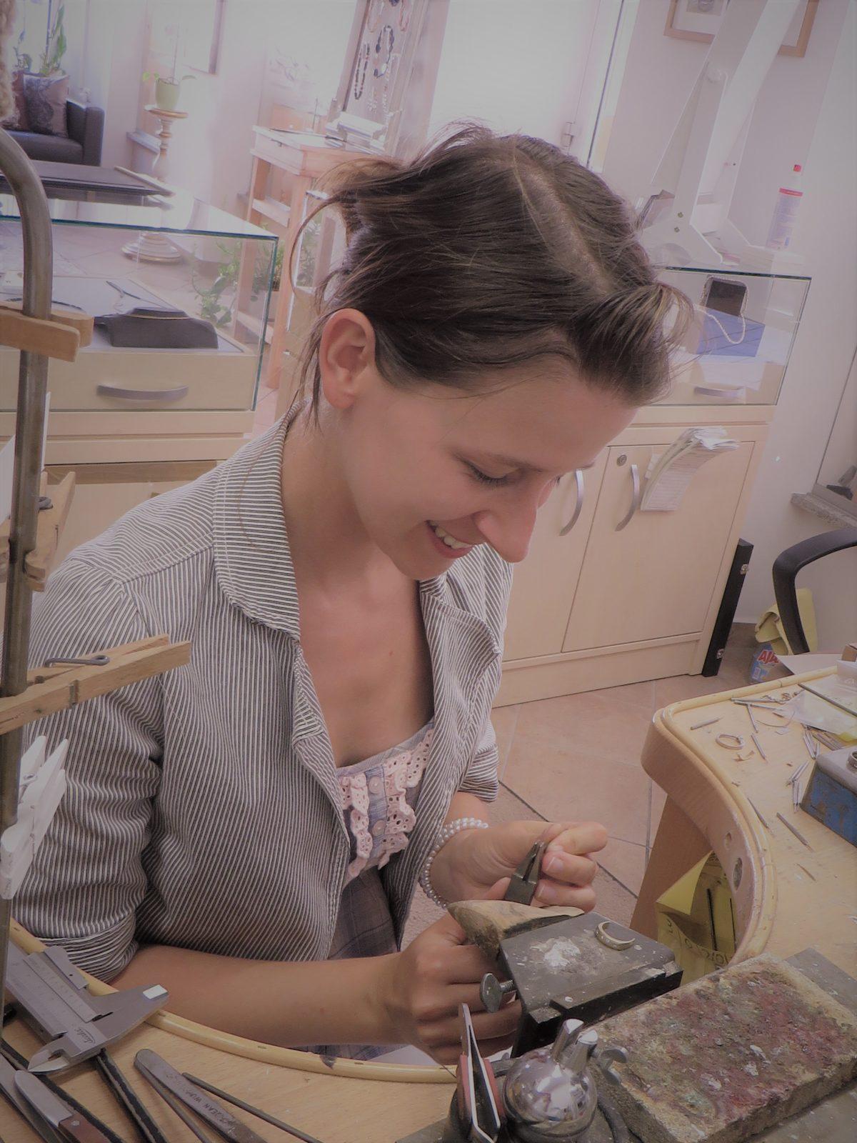 Goldschmiedin Susanne Krist aus Ochsenfurt bei Würzburg bei der Arbeit