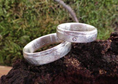 """Trauringe """"Schilf"""" in Silber mit Rille mit weißem Brillant-Stein."""