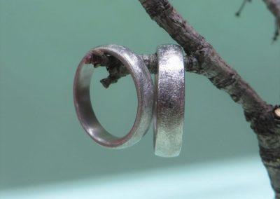 Trauringe in Silber gewölbt und mattierterr Oberfläche.