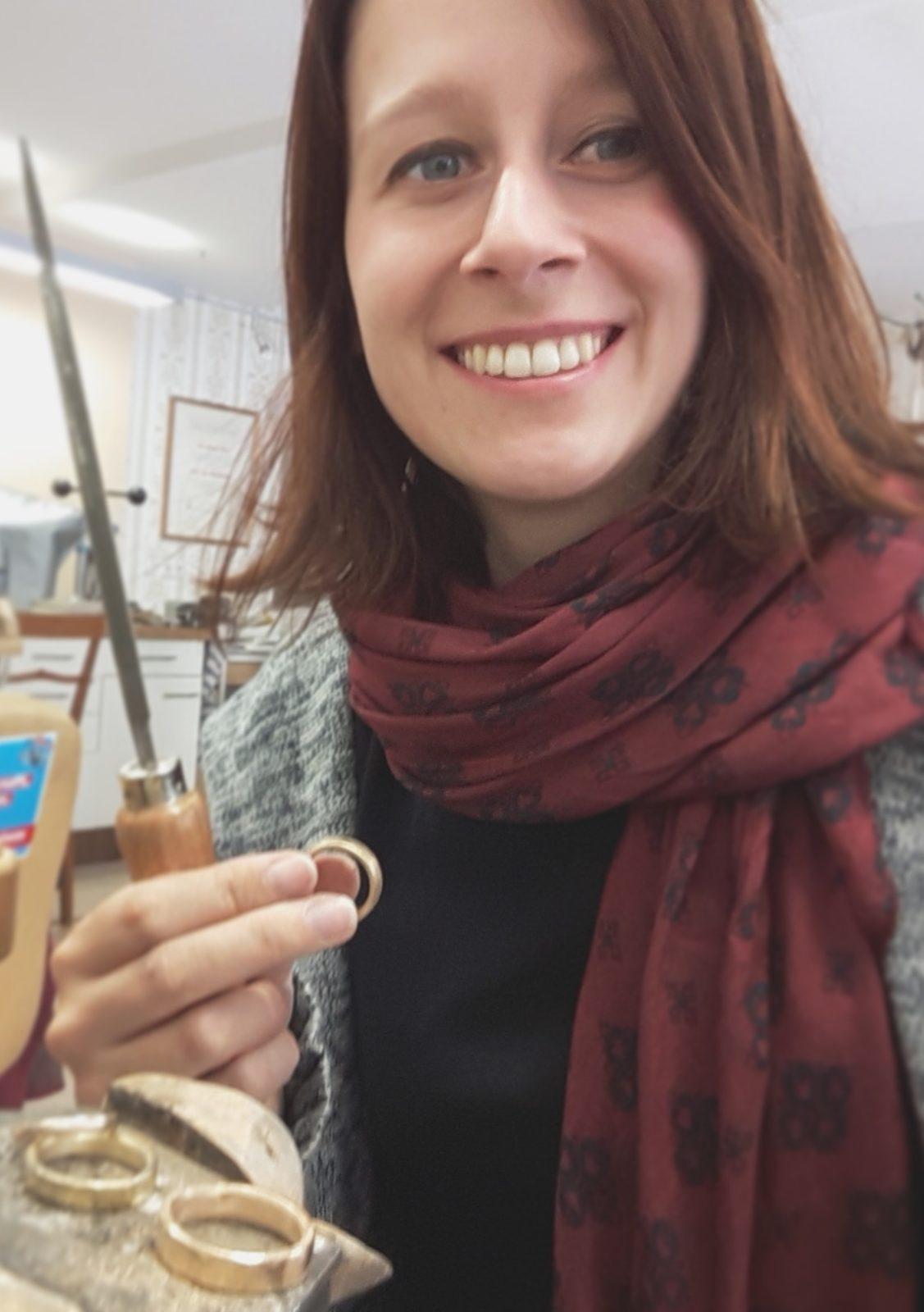 Susanne Krist beim Trauringe und Eheringe anfertigen.