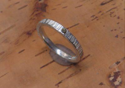 Silberner Verlobungsring mit geschmiedeter Baumrinde-Struktur und Brillant.
