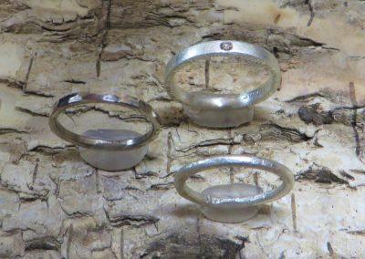 Schlichte, Verlobungsringe und Vorsteckringe in Silber und Weißgold.
