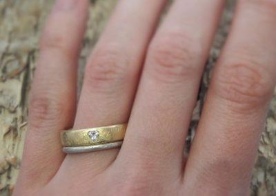 Trauring in eismattem Gelbgold mit weißem Verlobungsring bzw Vorsteckring.