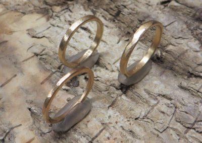 Schlichte zarte handgemachte Verlobungsringe aus Roségold und Gelbgold.