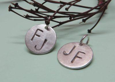 Anhänger aus Silber mit Initialen als Stempel, eismatt.