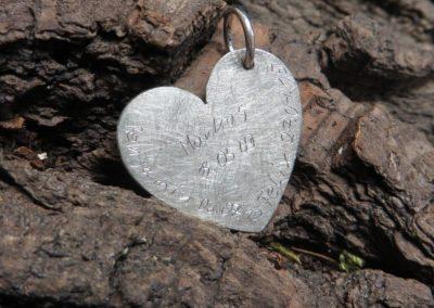 Herzanhänger in Silber mit handschriftlicher Gravur.
