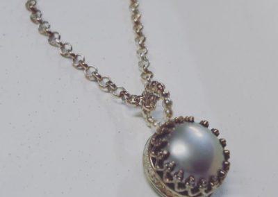 Perlanhänger mit silbergrauer Perle in Galeriefassung.