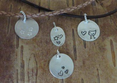 Kleine Silberanhänger mit verschiedenen Motiven.