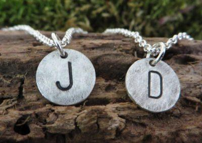 Süße kleine Silberanhänger für beste Freundinnen mit Initialstempeln.