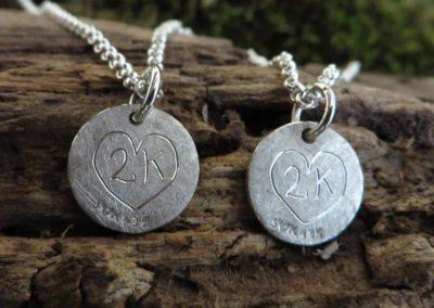 Süße kleine Silberanhänger für beste Freundinnen mit individueller Gravur.
