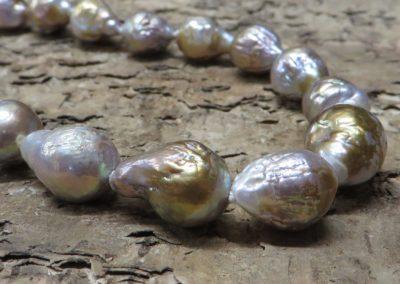 Barocke naturfarbene Perlenkette.