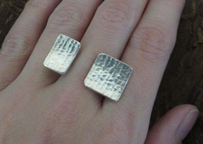 Silberring mit offenem Ringband und Plättchen.
