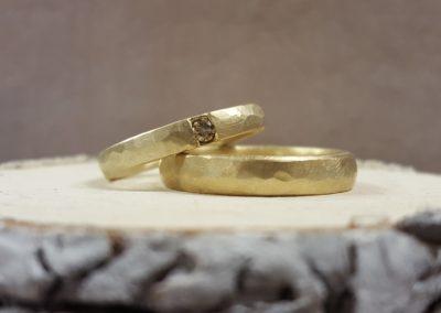 geschmiedete eheringe gold mit grossem stein