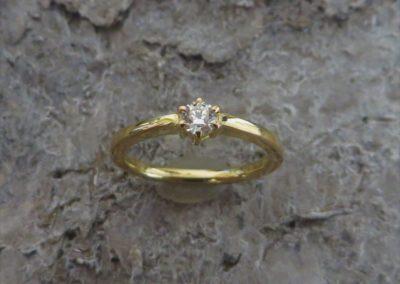 Verlobungsring aus Gold mit Brillant in Krönchen-Fassung.