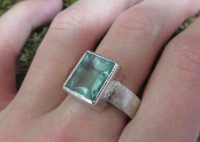 Silberring mit grünem Turmalin und breitem Ringband.