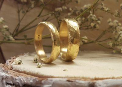 Hammerschlagringe aus Gold mit Muster