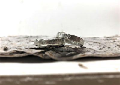 Weiße, gemusterte Eheringe aus Platin oder Weißgold mit Herzdiamant, Muster