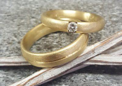klassische Eheringe mit Stein und Rille