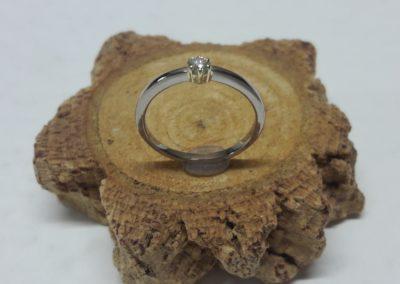 klassischer verlobungsring mit stein und kroenchen