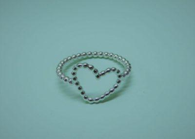 Silberring mit Herz aus Kügelchen.