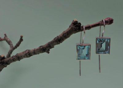 Ohrhänger in Silber mit blauen Topasen.