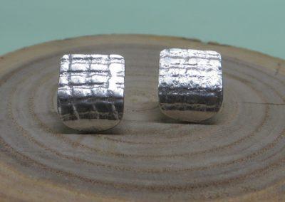 Silberohrstecker plattenförmig mit Struktur.