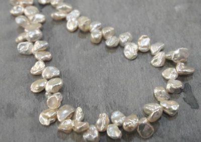 Perlenkette aus blütenförmigen Perlen.