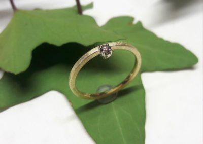 Ring aus Gelbgold mit Weißgoldfassung und Brillant