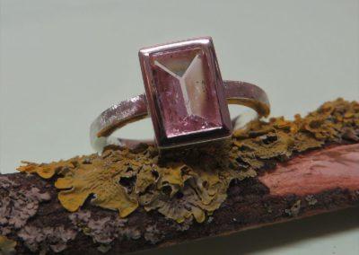 Silberring mit rosa Turmalin im Spiegelschliff.