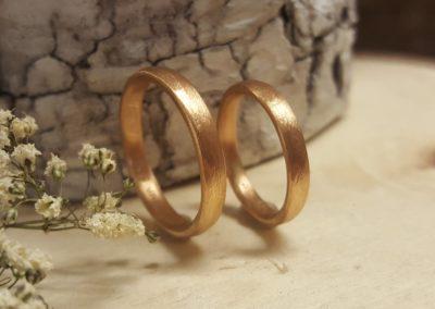 Schmale Eheringe aus Rosegold mit Muster