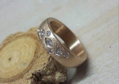 Sanft eismatter Roségoldring mit Diamanten und kleinen Zierpünktchen