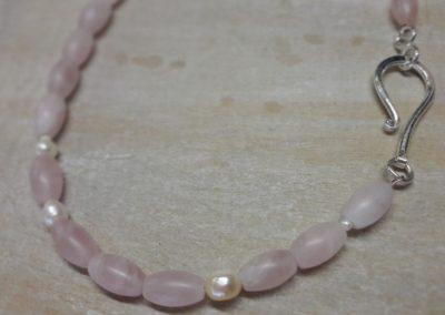Rosenquarzkette mit Silberverschluss und Perlen.