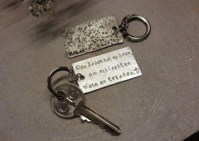 schlüsselanhänger plakette für schlüssel mit spruch und namen