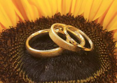 Schlichte matte Eheringe aus Gold mit Vorsteckring