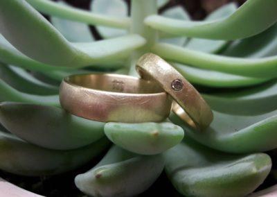 Schlichte Goldeheringe mit Stein, ein naturfarbener Brillant
