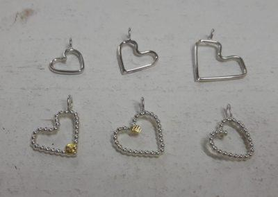 Selbstgemachte Silberherzchen als Anhänger, teilweise mit Feinem Gold.