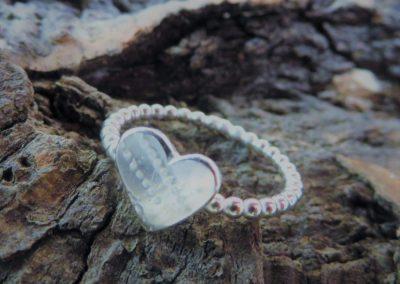 Herzring aus Kügelchen mit Herzplatte aus Silber.