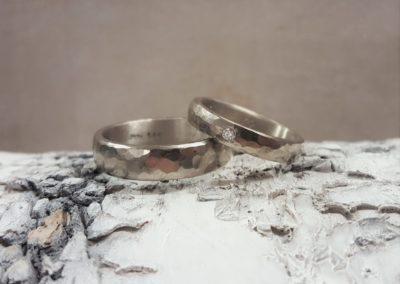 Eheringe mit Stein aus Graugold und Weißgold, Hammerschlagfacetten