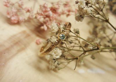 Verlobungsring mit grün blauem Stein, Modell