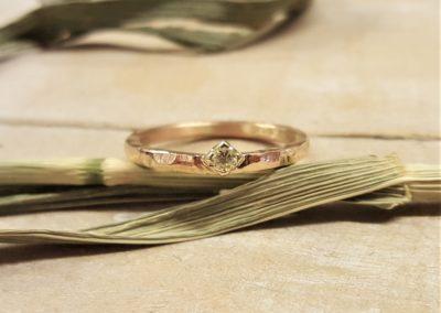 Grob gefeilter Verlobungsring in Roségold mit Goldfassung und Stein
