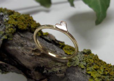 verlobungsring mit herz aus gold