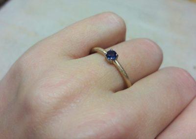 Verlobungsring Roségold mit blauem Safir