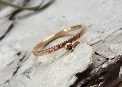 zarter Verlobungsring aus Rotgold mit kleinem Stein